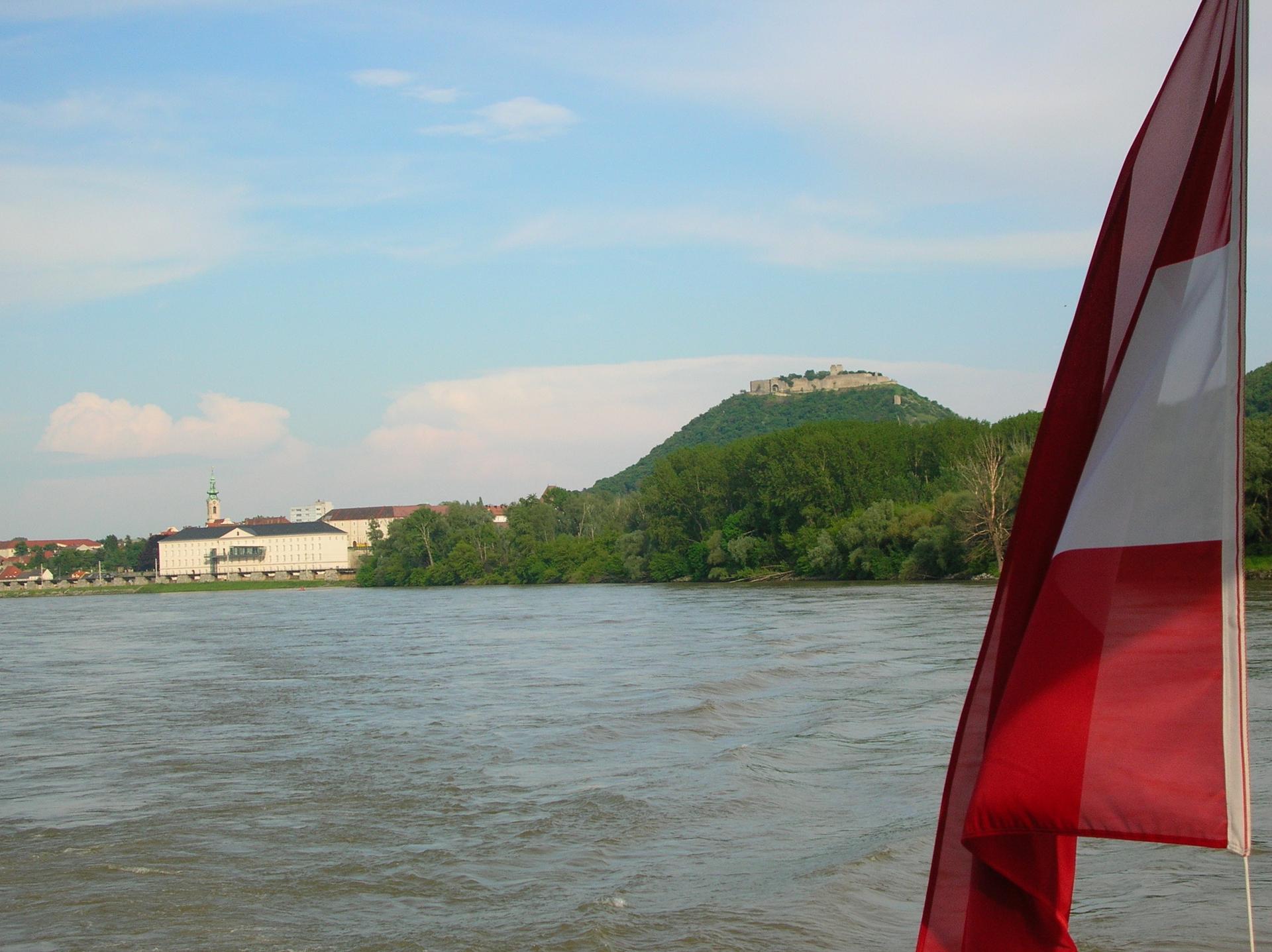 Donau Wien Budapest Devin Fernblick auf Burg