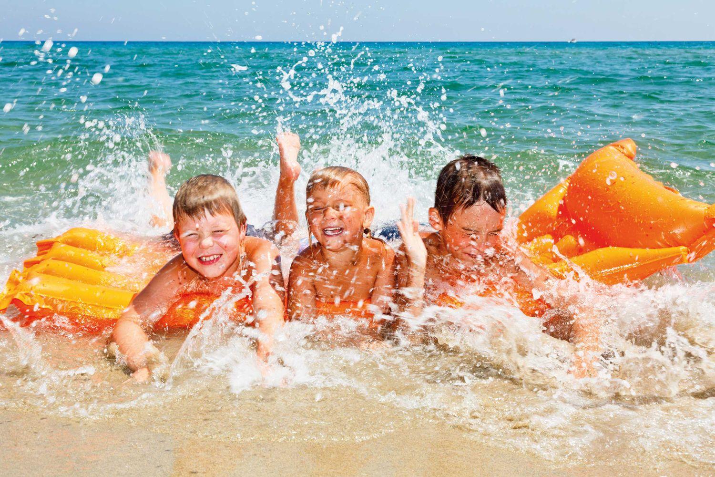 Kinder am Strand iStock 185898492